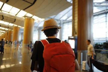空港内を歩くバックパッカー