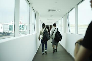 空港内を歩く人