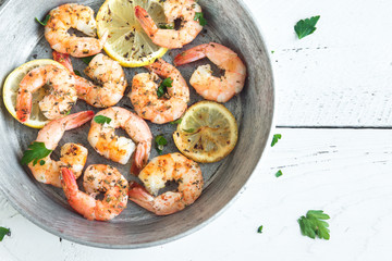 Roasted shrimps with lemon, garlic and herbs