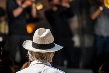 Mann mit Hut bei Konzert