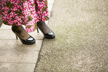 dettaglio di scarpe con vestito colorato di fantasia