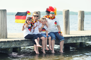 Kinder beim public viewing am See