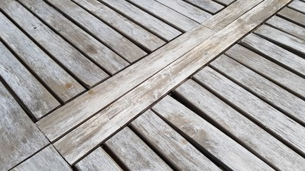 détail de table de jardin en bois naturel