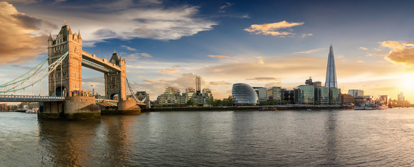 Photo sur Plexiglas Londres Die Skyline von London bei Sonnenuntergang: von der Tower Bridge bis zur London Bridge