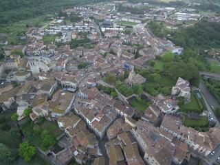 Drone en Besalu, pueblo medieval de la Garrotxa, en la provincia de Gerona, Comunidad Autónoma de Cataluña, España. Fotografia aerea con Dron