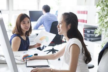 若い女性は管理職の女性に質問している