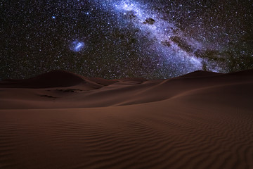 Poster de jardin Desert de sable Amazing views of the Sahara desert under the night starry sky.