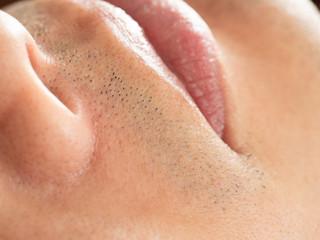 男性のアゴの髭剃り跡のアップ