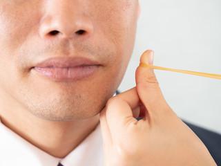 光脱毛の痛みは輪ゴムを弾いたような痛さを体験する男性