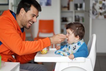 Bambino che mangia con il papà