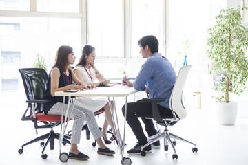 三人の会社員たちはミーティングをしている