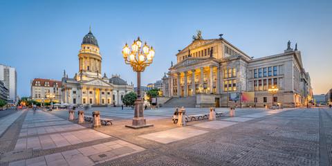 Poster Berlin Berlin Gendarmenmarkt mit Konzerthaus und Deutscher Dom am Abend