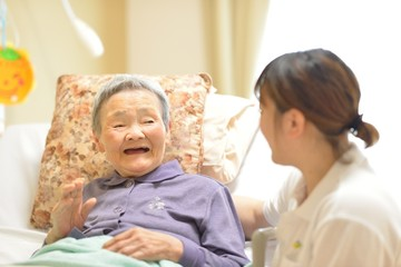 老人介護施設・ベットの母