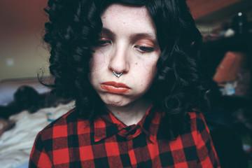 Divertido retrato de una chica joven y morena con un piercing en la nariz