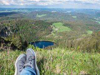 Pause auf dem Feldberg mit Blick auf den Feldsee