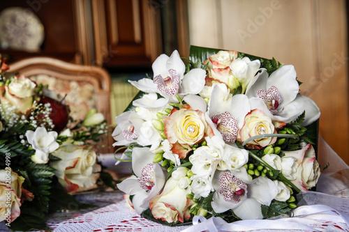 Bouquet Sposa Rose E Calle.Bellissimo Bouquet Con Rose E Orchidee Bianche Sopra Un