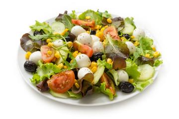 Insalata con mozzarella, pomodoro, mais, olive nere e misticanza
