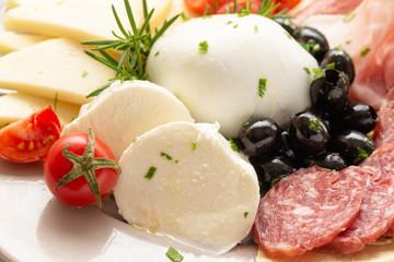 Spoed Fotobehang Voorgerecht Piatto con mozzarella di bufala campana, pecorino romano, salame e olive nere, Cibo Italiano
