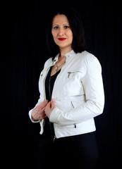 Frau in weißer Lederjacke