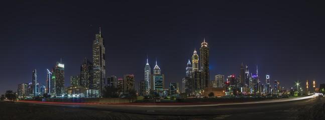 Panoramaaufnahme der Skyline von Dubai bei Nacht fotografiert im November 2016