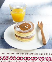 クマのパンケーキとオレンジジュース