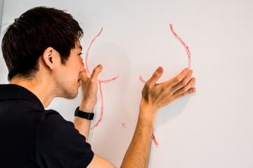 女性の身体を描く男性
