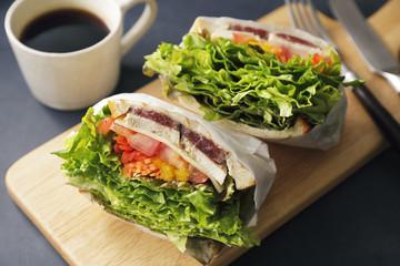 サンドイッチ Sandwich with chicken and lettuce
