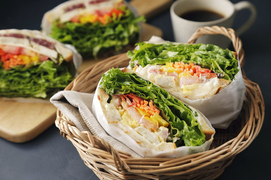 サンドイッチ Sandwich with chicken and lettuce