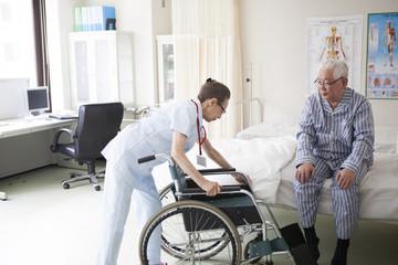 看護師が、患者のために車椅子を用意している。