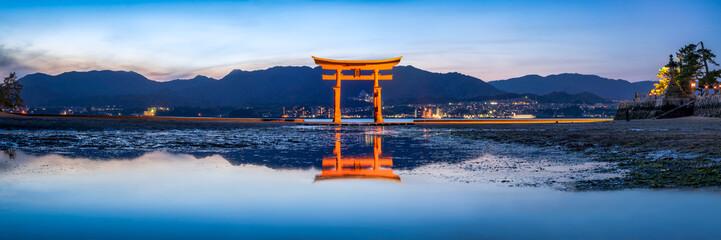 Fototapete - Das rote Tor (Torii) des Itsukushima Schreins in Miyajima, Japan