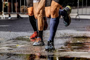 Fotomurales - group runner men running wet street in water spray