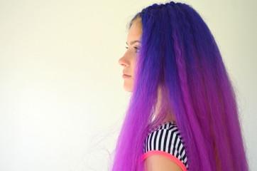 Яркий стильный образ. Девушка с синими фиолетовыми волосами. Техника наращивания волос канекалоном узловым способом. омбре