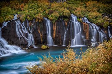 Hraunfossar Wasserfall in Island. Herbstliche bunte Landschaft.