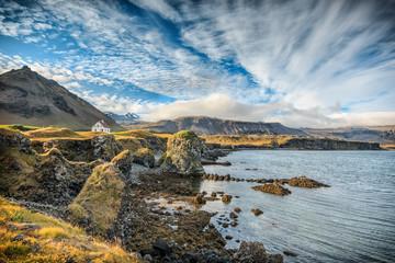 Allein stehendes Haus im Fischerdorf Arnarstapi in Island. Panoramablick