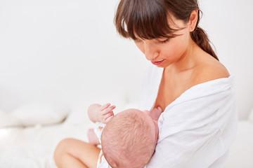 Mutter gibt ihrem Baby die Brust