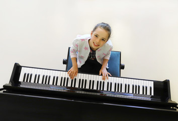 Siebenjähriges Mädchen spielt Klavier