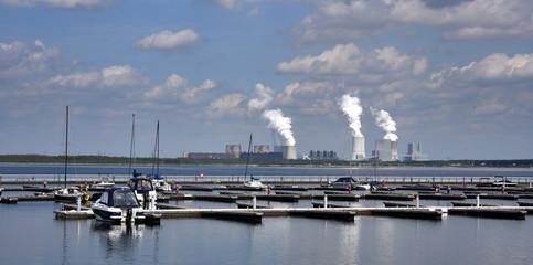 Bootsanleger am Bärwalder See mit Kraftwerk im Hintergrund