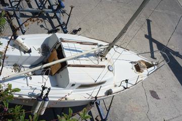 Piccola imbarcazione da pesca nel cantiere navale per riparazioni