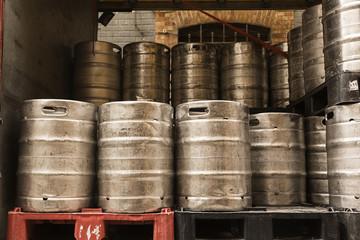 Barriles de cerveza listos para el reparto.
