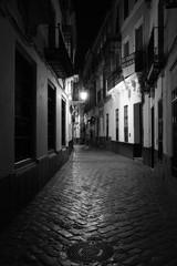 Photo sur Aluminium Ruelle etroite Gassen bei Nacht in Sevilla, Spanien (Andalusien)