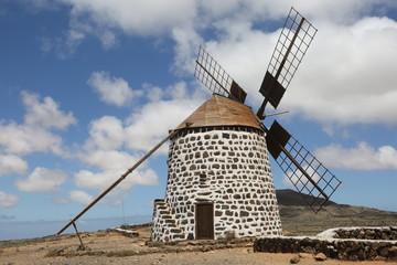 Aluminium Prints Mills Un moulin de type molino sur la crête dominant le village de Villaverde à Fuerteventura