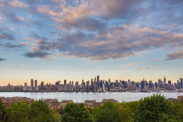 Fototapete - New York City midtown Manhattan sunset skyline panorama view from Boulevard East Old Glory Park over Hudson River.