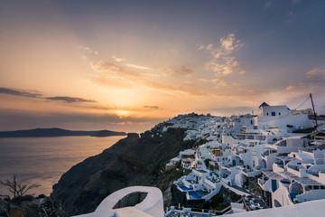 Bonito atardecer en el Imerovigli un pueblo de la isla se Santorini