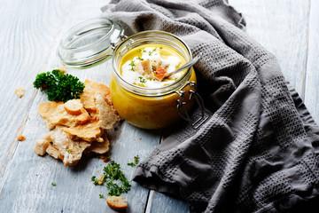 kartoffelsuppe im glas mit crossem brot