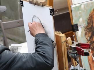 Straßenmaler zeichnet Portrait