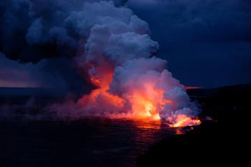 海に流れ込む溶岩と水蒸気雲