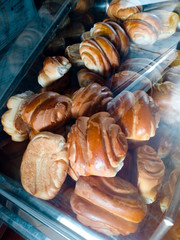 Panes en el mostrador de la panadería