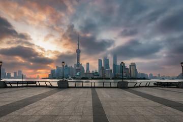 Die Skyline der Metropole Shanghai, China, bei Sonnenaufgang