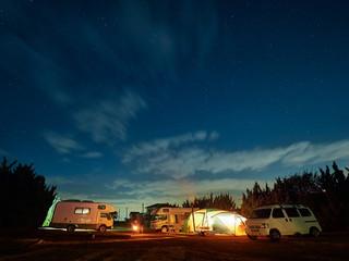 冬の星空の下でオートキャンプをするイメージ