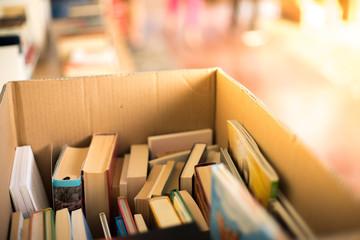 Bücherstapel auf Flohmarkt, Lestestoff für den Sommer, Bücherkiste Wall mural
